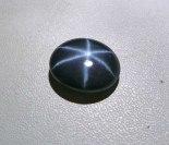 Cabujón de zafiro con efecto óptico de estrella.